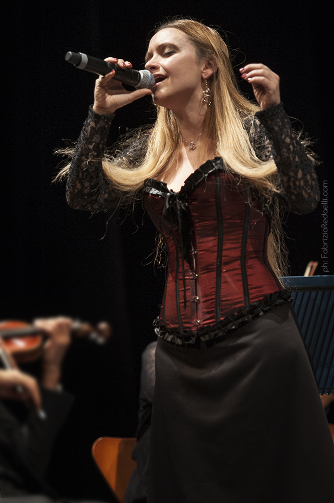 Susanna Polzoni musicista performer actress attrice cantante autrice direttrice